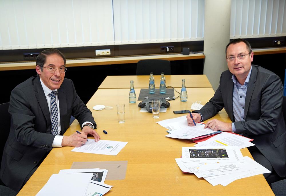 OB Bernhard Ilg (Heidenheim) und OB Thilo Rentschler (Aalen) unterzeichnen die interkommunale Kooperationsvereinbarung für das Projekt smart cities.